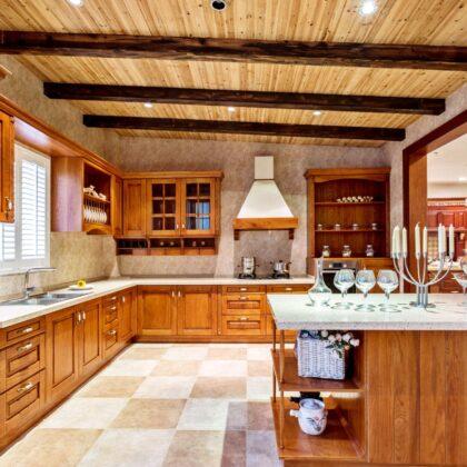 מטבח כפרי מעץ מלא דגם טורינו בעיצוב מרשים