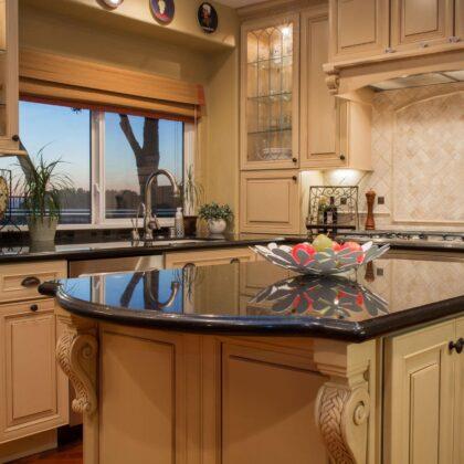 מטבח מודרני מעץ מלא ושילוב של גרניט דגם עץ הדובדבן