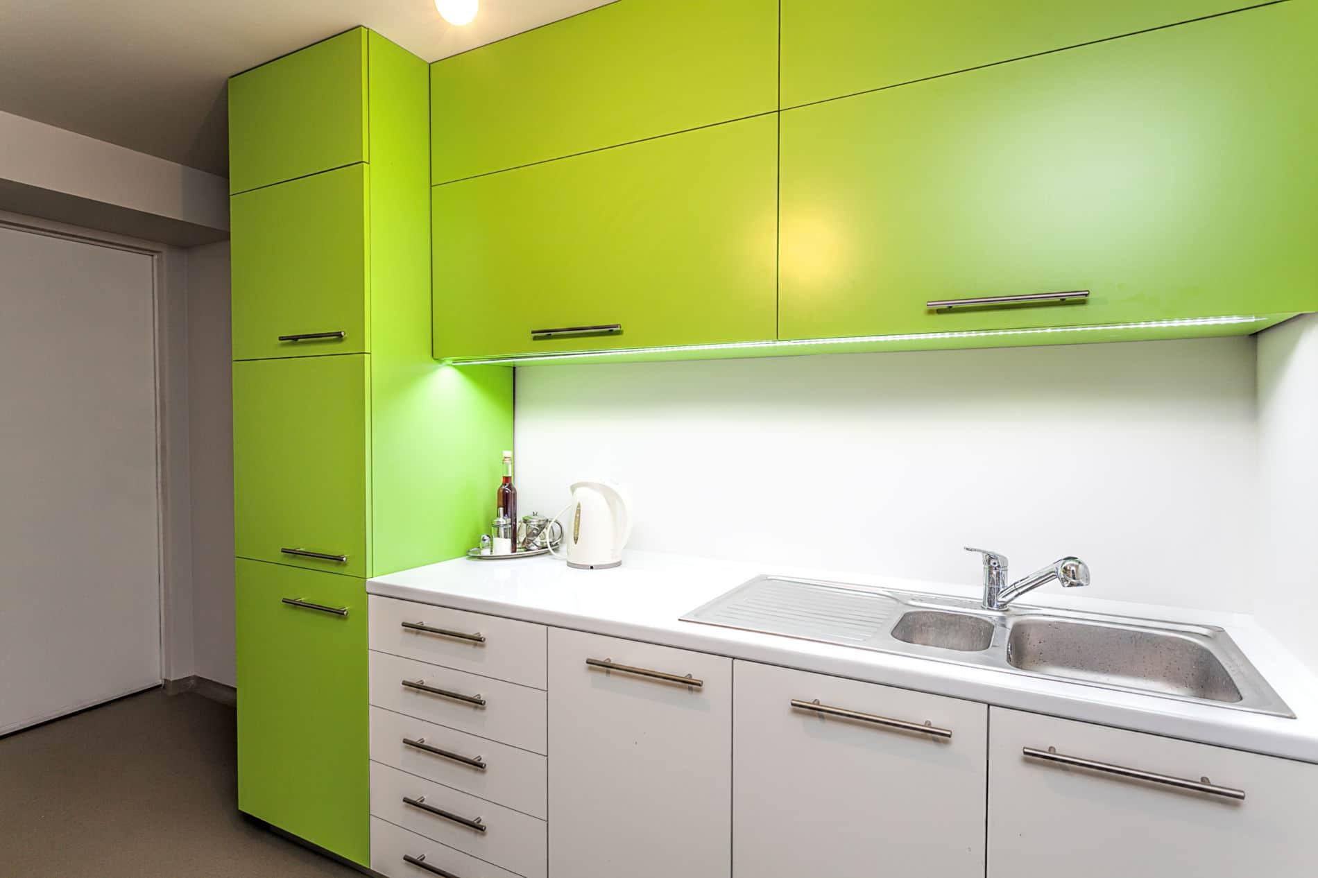 מטבח ברמה גבוהה בעיצוב פשוט דגם עץ ירוק