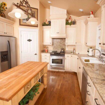 מטבחים מעץ מוכרי ציוד למטבחים מאובזרים מיומנים עם רצון לתת שירות טוב ומקצועי שיודעים לספק כל סוגי המטבחים לכל דורש תוך כדי הפעלת ציוד מקצועי לניסור עץ במטבח הלקוח