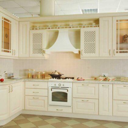 מטבחים מעץ בעלי החברות לעיצוב והרכבה של מטבחים מומחים עם מלא ידע מקצועי שיודעים לבנות ולהתאים מטבחים תוך כדי הפעלת ציוד מקצועי לניסור עץ במטבח הלקוח