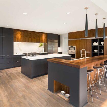 מטבחים מעץ מעצבי המטבחים מקצועיים עם מלא ידע מקצועי שיודעים לספק כל סוגי המטבחים לכל דורש תוך כדי הפעלת ציוד מקצועי לניסור עץ במטבח הלקוח
