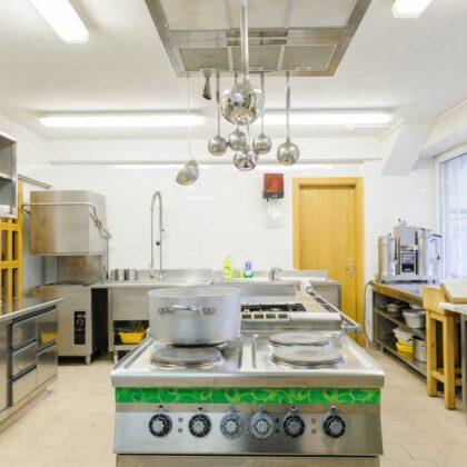 מטבחים מעץ מעצבי מטבחים קלאסיים אמינים עם הרבה ידע בתחום השירות ואספקת מטבחים שיודעים לתקן בעיות בשטח באופן מהיר תוך כדי הפעלת המקרר והתנור ללקוח במטבח שלו