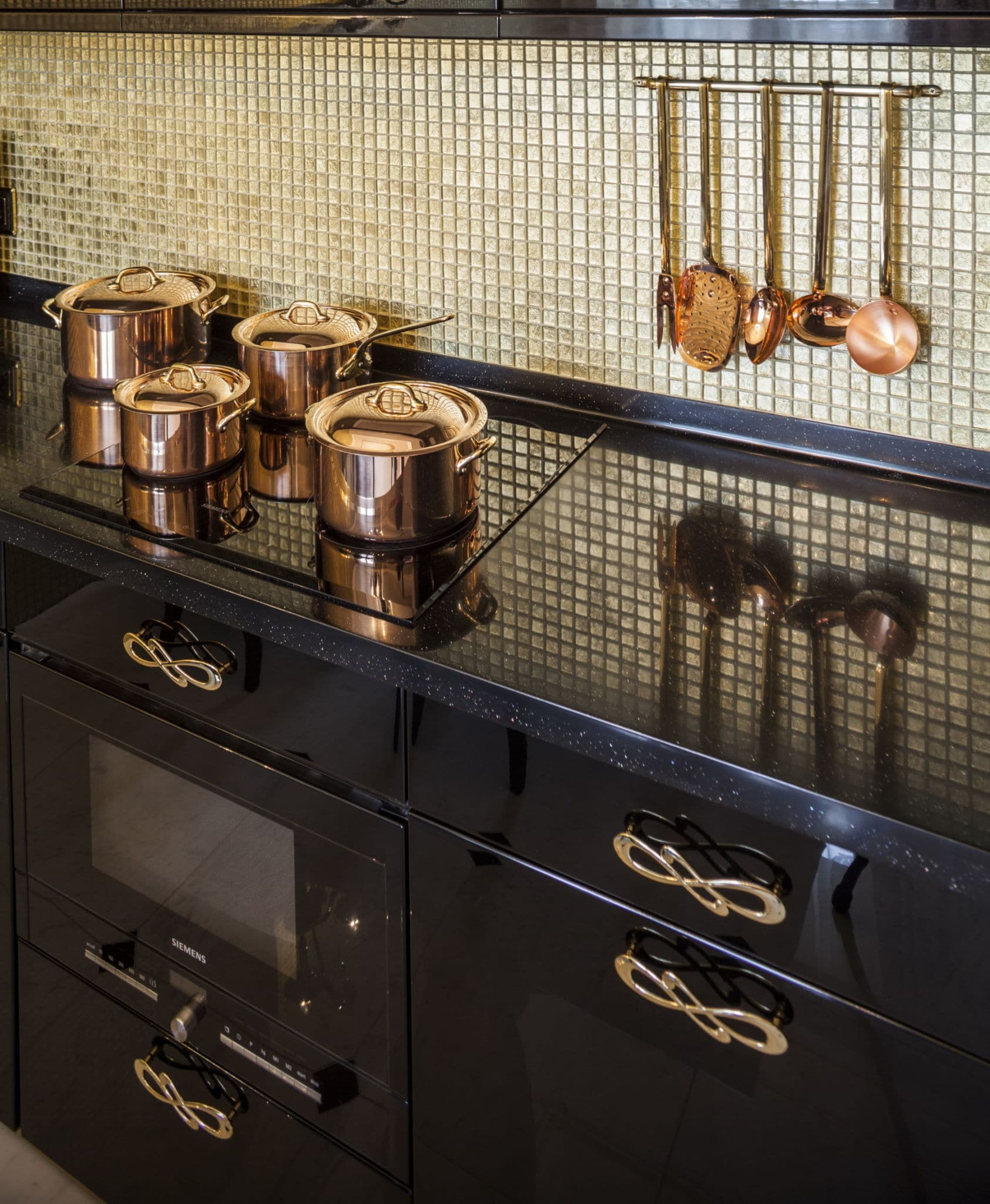 מטבח מושללם בעיצוב מרהיב דגם בלאק גולד