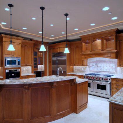 מטבח בעיצוב מודרני מעץ מלא עם שילוב שיש דגם עץ אלון