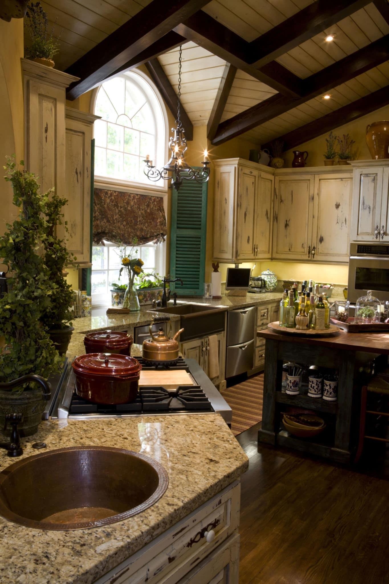 מטבח מעוצב עם שיש ועץ דגם עץ הלימון