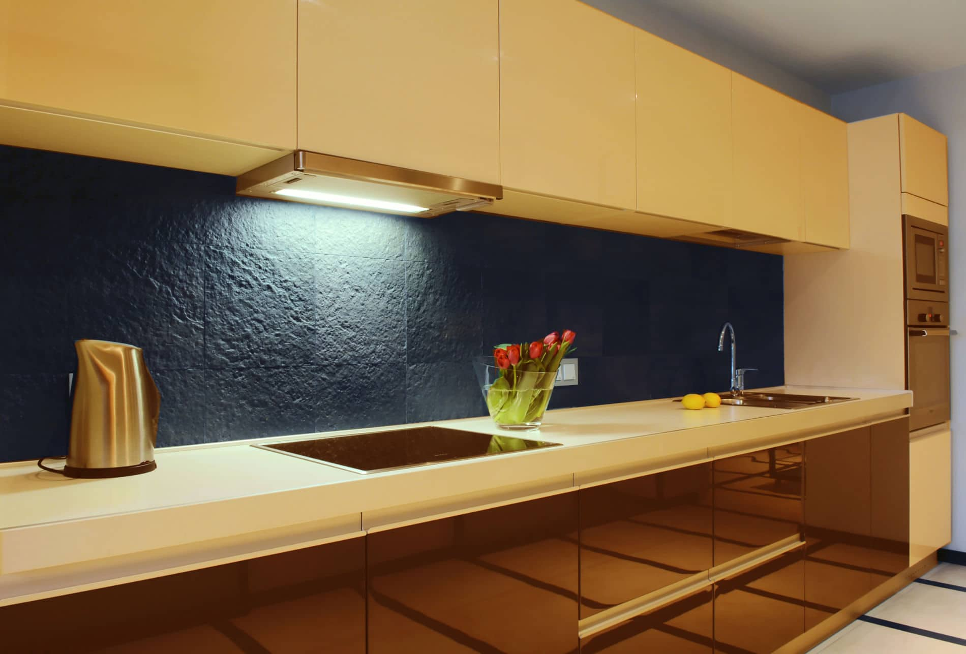 מטבחים מעץ ספקי מטבחים מודרניים זריזים בחסות החברה שבה הם עובדים שיודעים לתקן בעיות בשטח באופן מהיר תוך כדי הפעלת המקרר והתנור ללקוח במטבח שלו