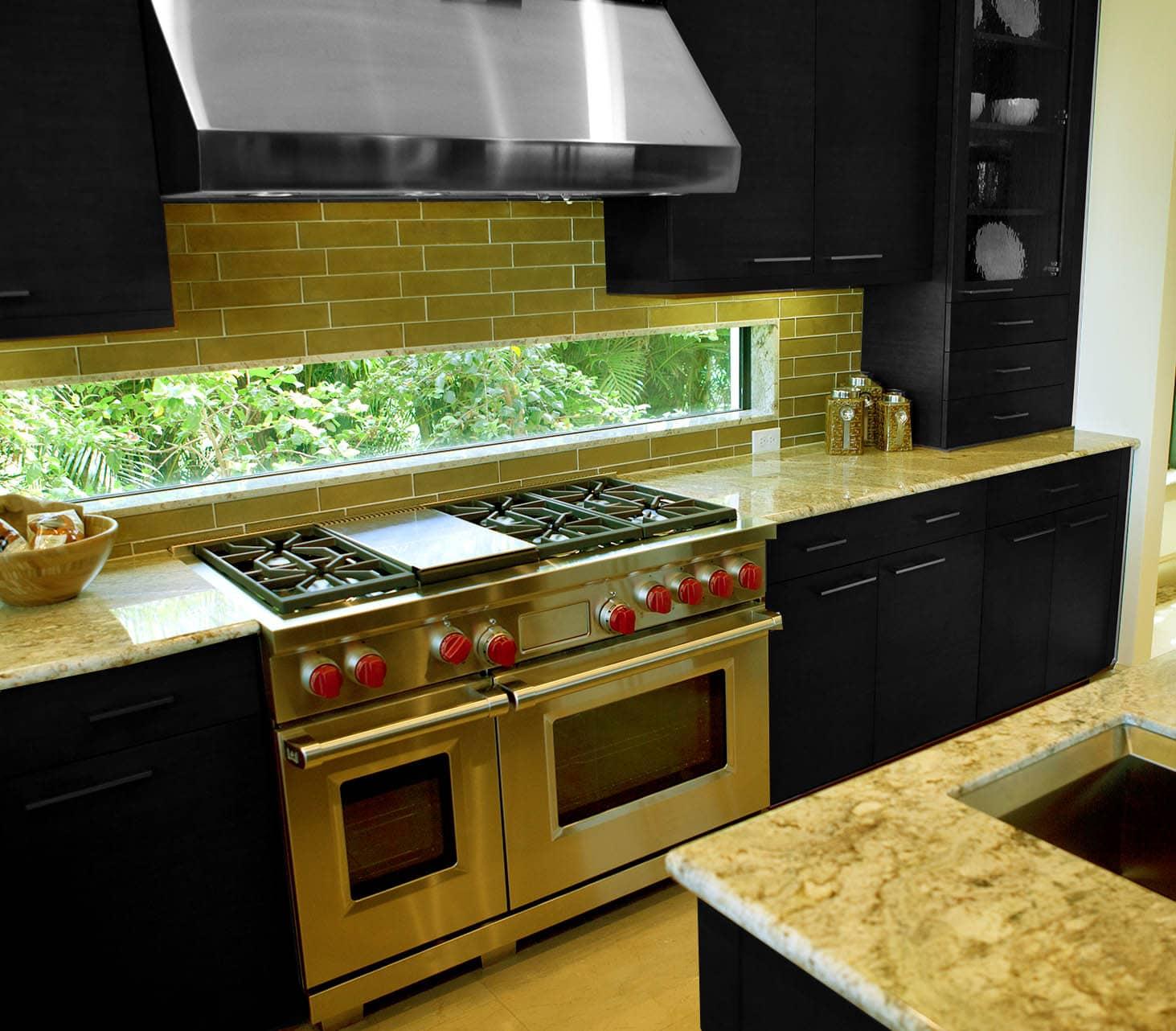 מטבחים מעץ מוכרי המטבחים בעלי שנות ניסיון עם מקצועיות ומיומנות ועם הרבה מוטיבציה שיודעים לספק פתרונות להתאמת תנורים גדולים לכל מטבח תוך כדי הפעלת ציוד מקצועי לניסור עץ במטבח הלקוח
