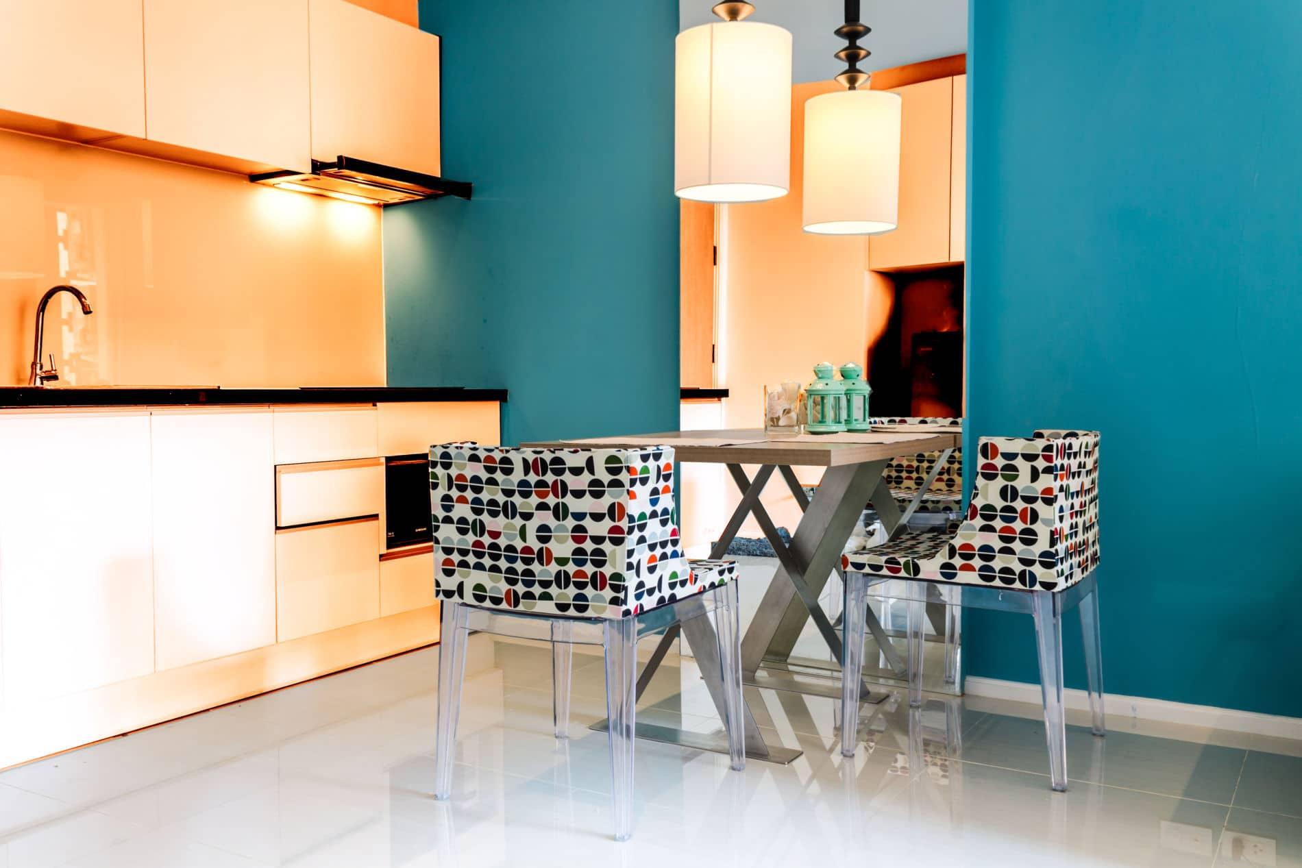 מטבחים מודרניים מעוצבים בצבע תכלת - צהבהב