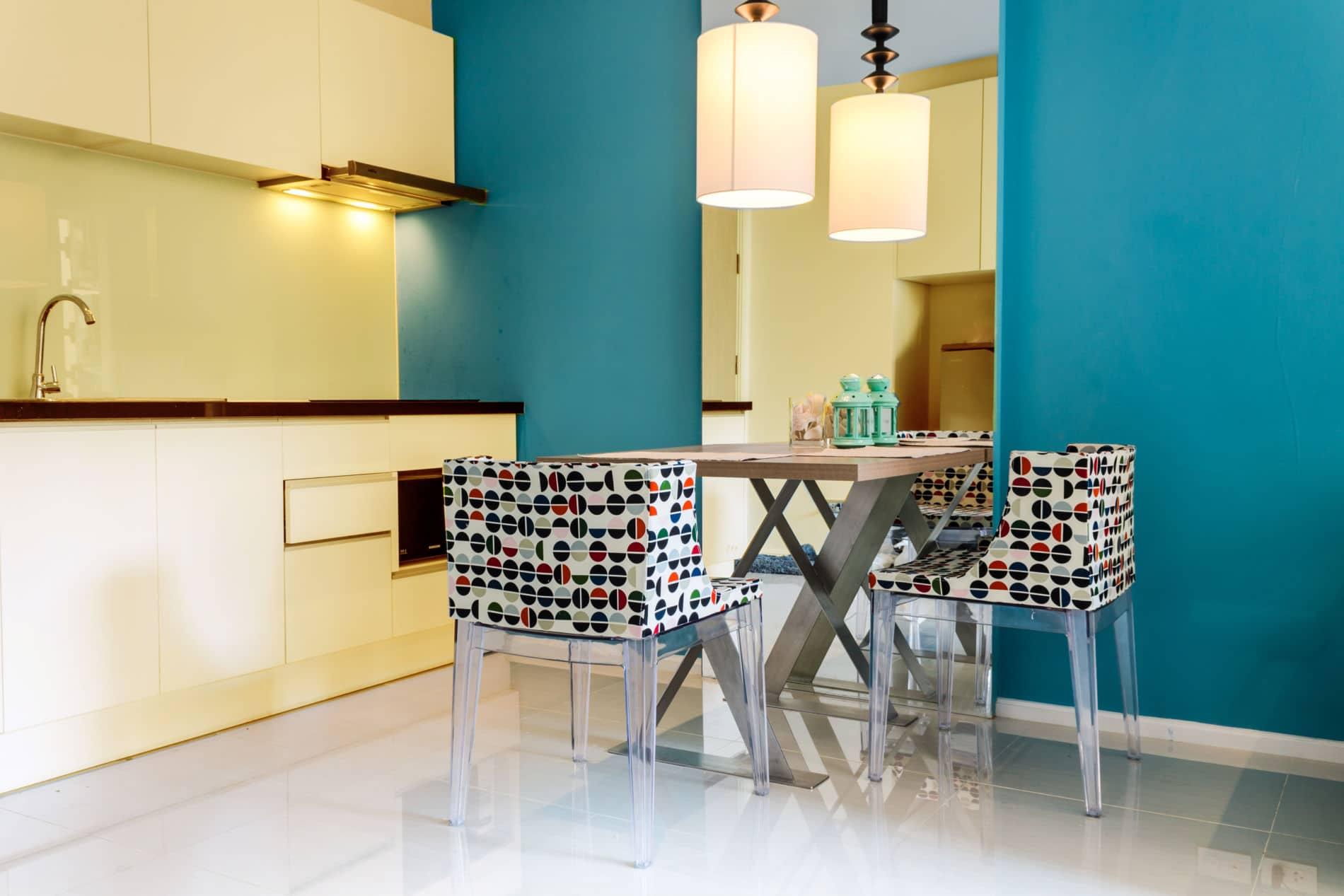 מטבחים מודרניים מעוצבים בהתאמה אישית בצבע צהבהב ועוד.
