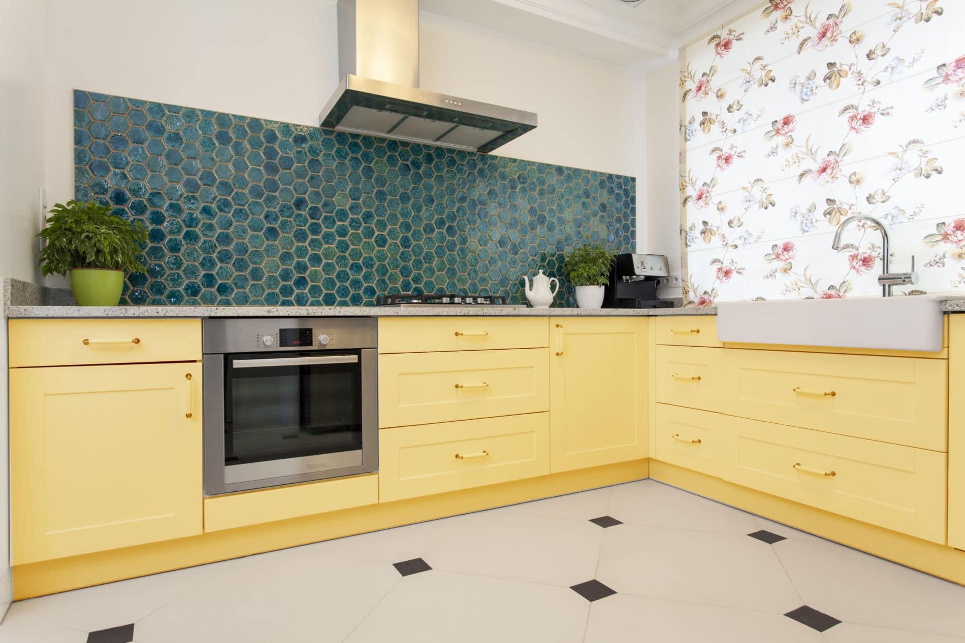 מטבחים מודרניים מעוצבים בהתאמה אישית ובצבעים צהוב ועוד