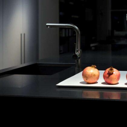 מטבחים מעץ מבצעי התקנת המטבחים מומחים עם הרבה וותק שיודעים לספק פתרונות להתאמת תנורים גדולים לכל מטבח תוך כדי הפעלת ציוד מקצועי לניסור עץ במטבח הלקוח