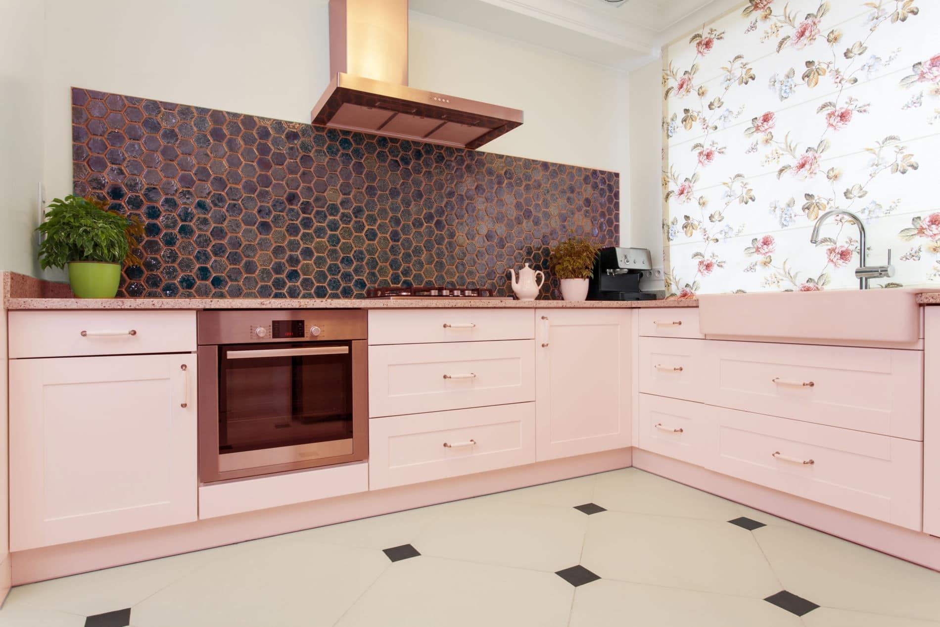 מטבחים מעץ מעצבי המטבחים מיומנים באספקה ושירות עם רישיון והסמכה ומומחים להקמת אי במטבח מכל חומר תוך כדי שימוש בחומרים מעולים