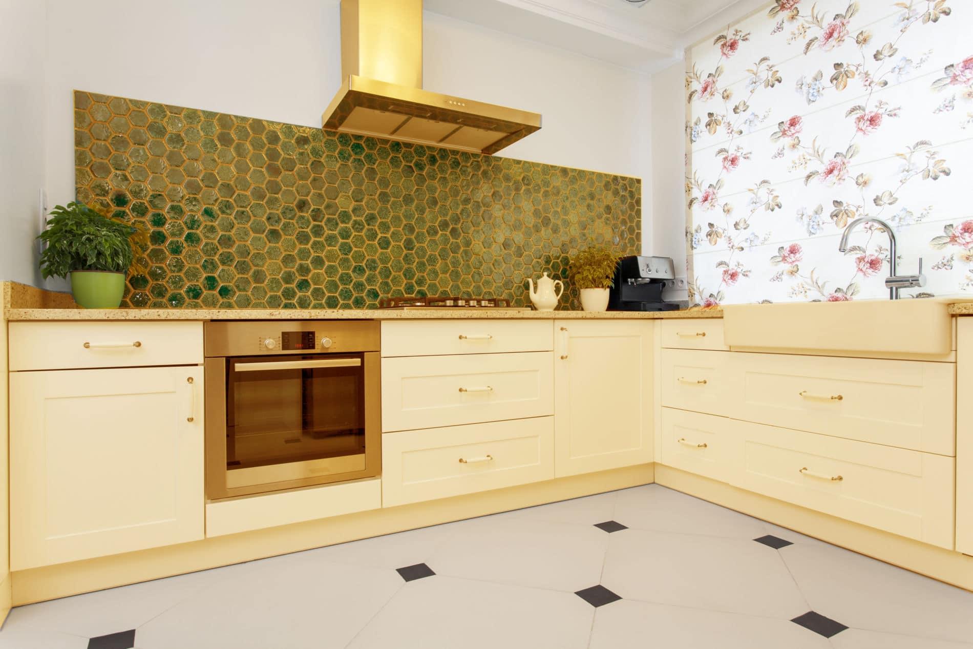 מטבחים מעץ מוכרי ציוד למטבחים מאובזרים עם ציוד מקצועי עם מלא ידע מקצועי ומומחים להקמת אי במטבח מכל חומר תוך כדי הפעלת המקרר והתנור ללקוח במטבח שלו