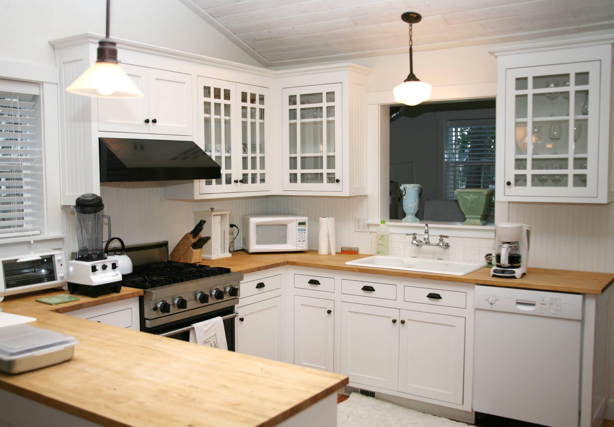 מטבח כפרי עם מטבח לבן עם קולט אדים שחור דגם 3 CB