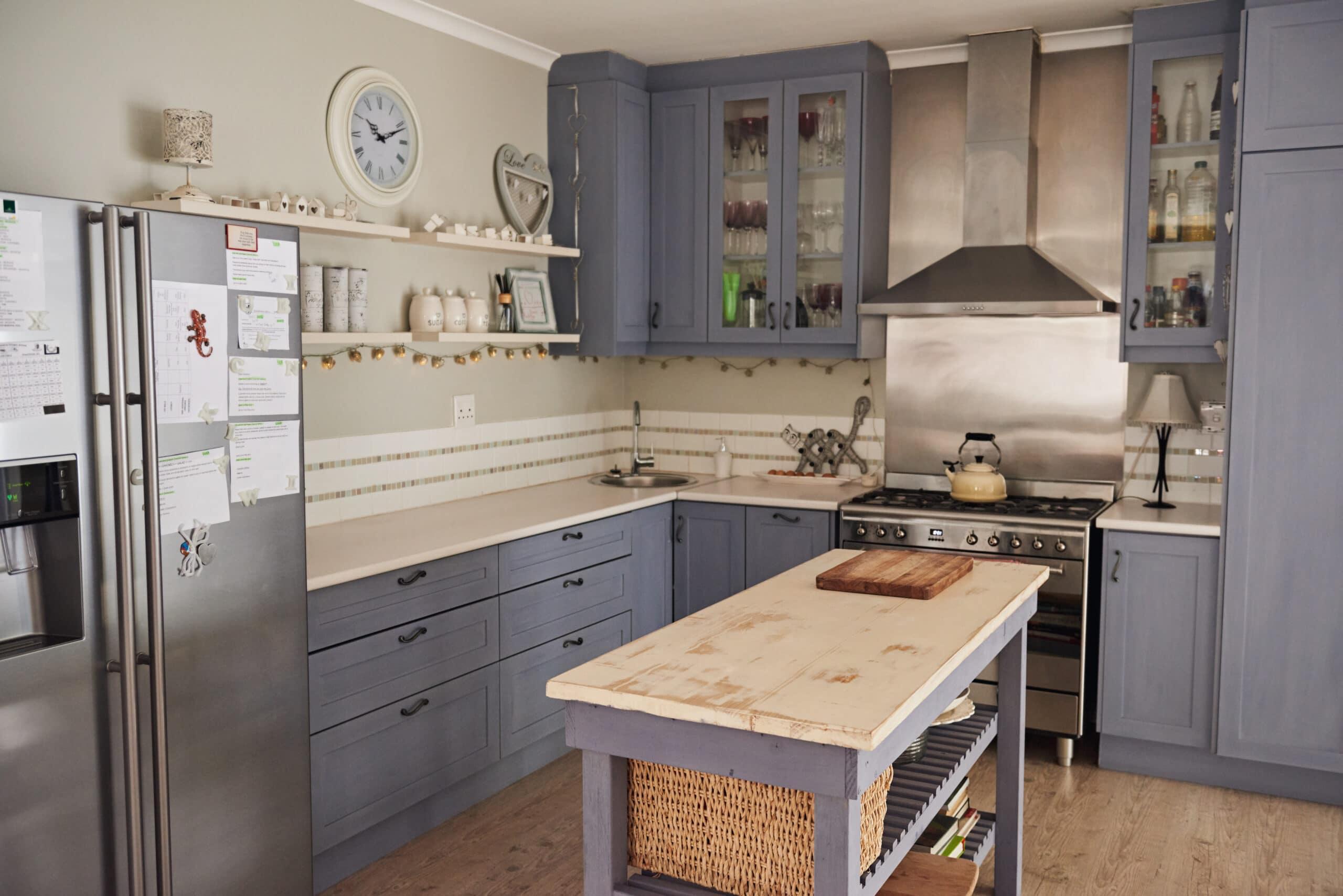 מטבח כפרי עם עיצוב אישי ובחירת צבע לארונות דגם 38 CB