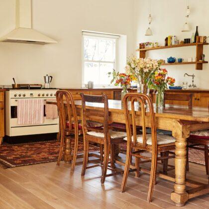 מטבח בכפר עם שטיח על רצפת עץ דגם 41 CB