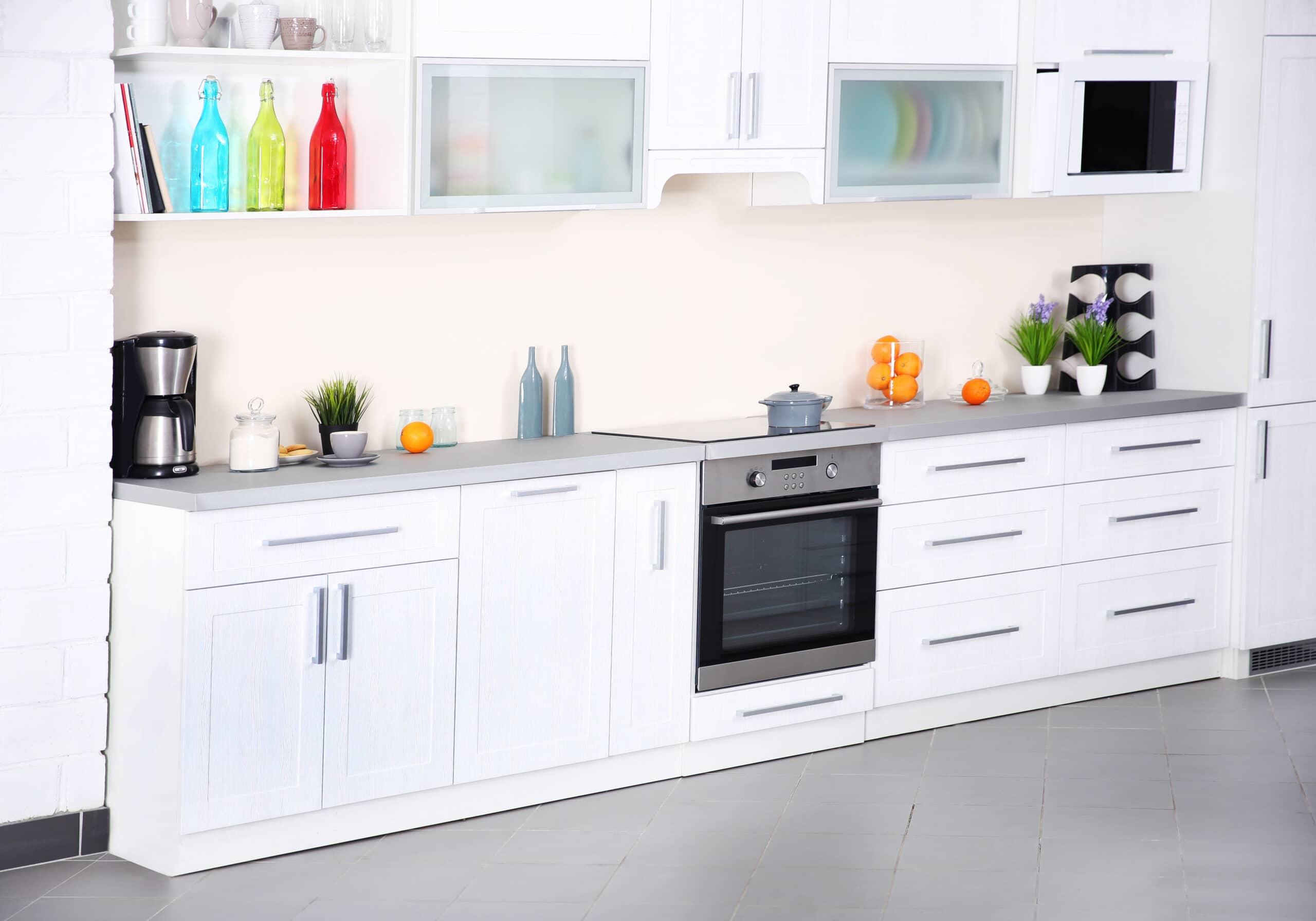 מטבח לבן וזכוכית צבעונית דגם 13 DS