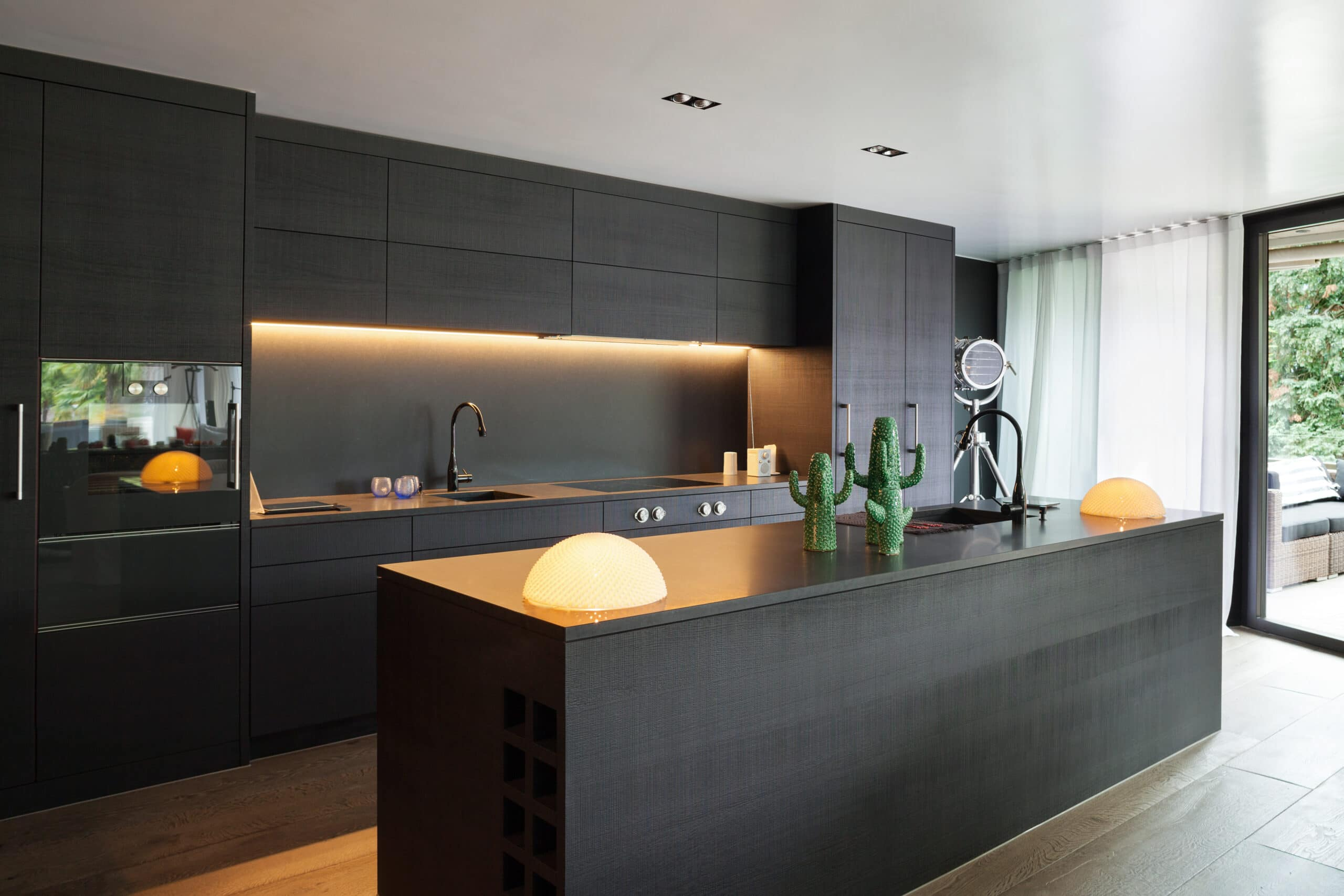מטבח מודרני שחור עם תאורה חכמה דגם 14 DS