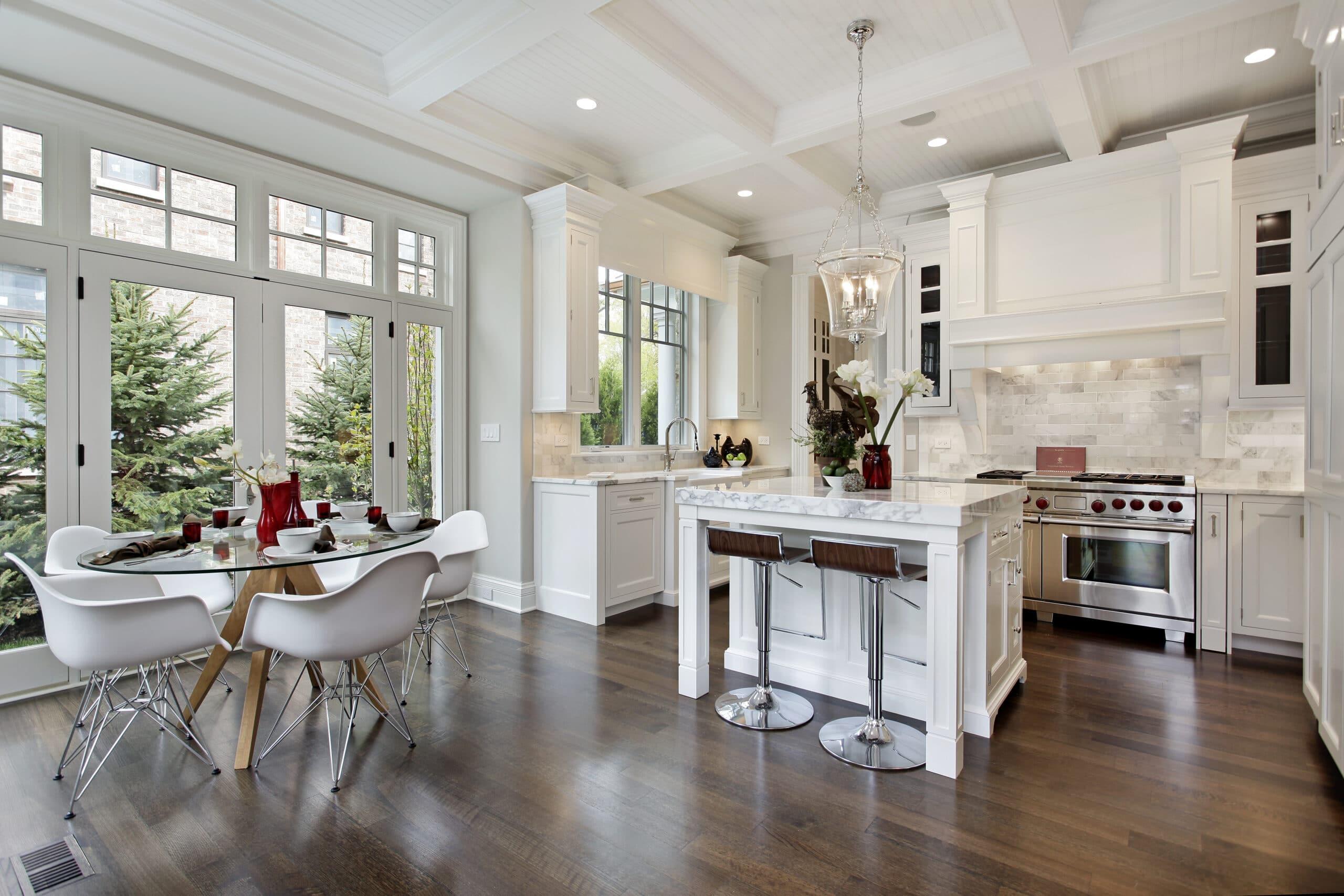 מטבח מודרני לבן עם רצפת עץ חומה וכסאות מתכת דגם 19 DS