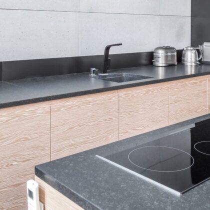 מטבח מודרני עץ ושיש שחור דגם 21 DS
