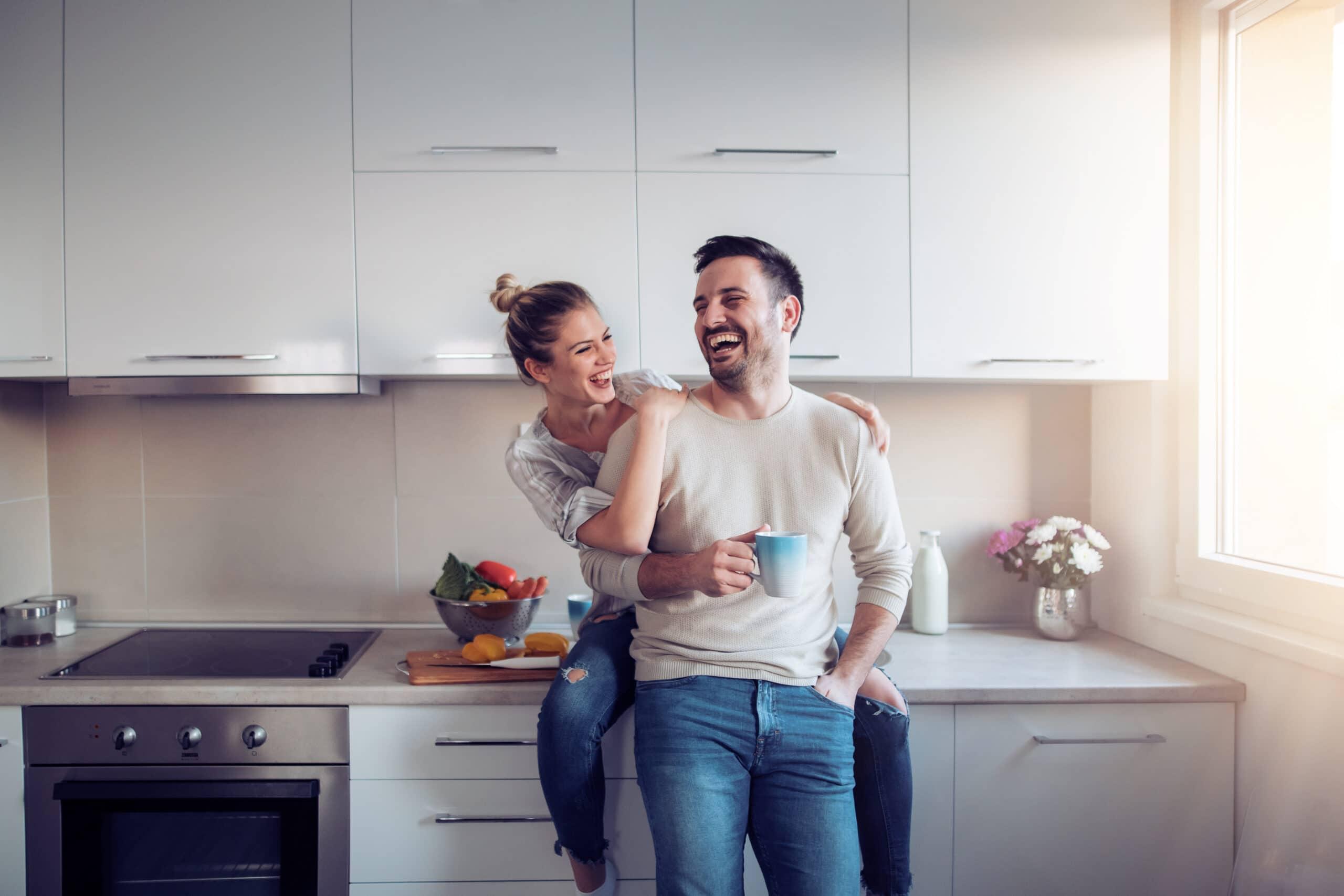 זוג נהנה במטבח מודרני דגם 39 DS