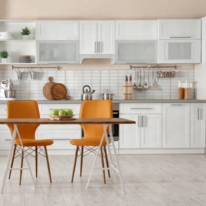 מטבח מודרני עם כסאות כתומים דגם 43 DS