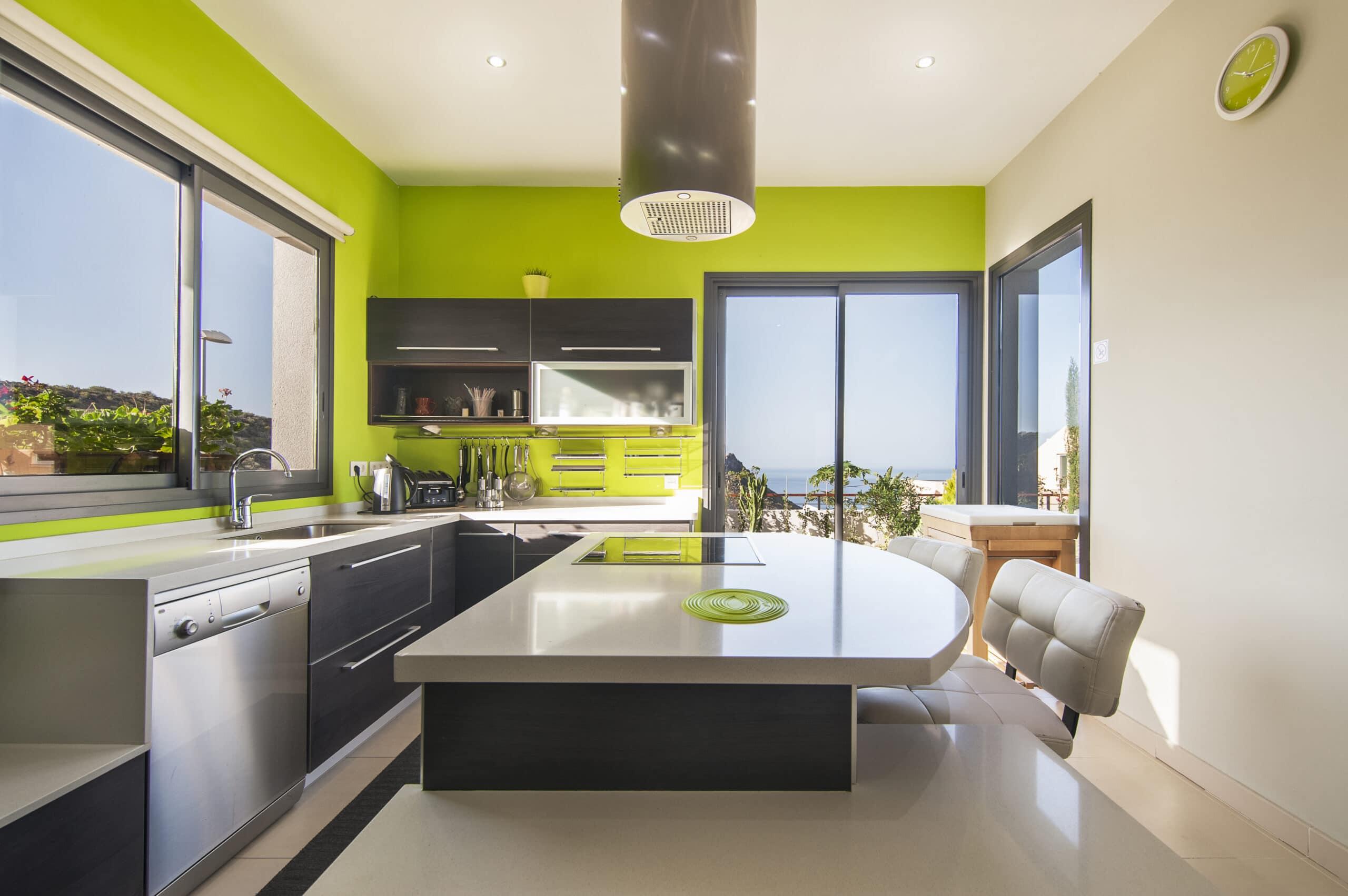 מטבחים מעץ מעצבי השיש במטבחים מבינים עם יכולות טכניות גבוהות באספקה ושירות ומומחים להקמת אי במטבח מכל חומר תוך כדי חיבור הכיריים החשמליים ובדיקת תקינותם