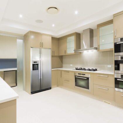 מטבח מודרני עם רצפה ותיקרה לבנים דגם 8 DS