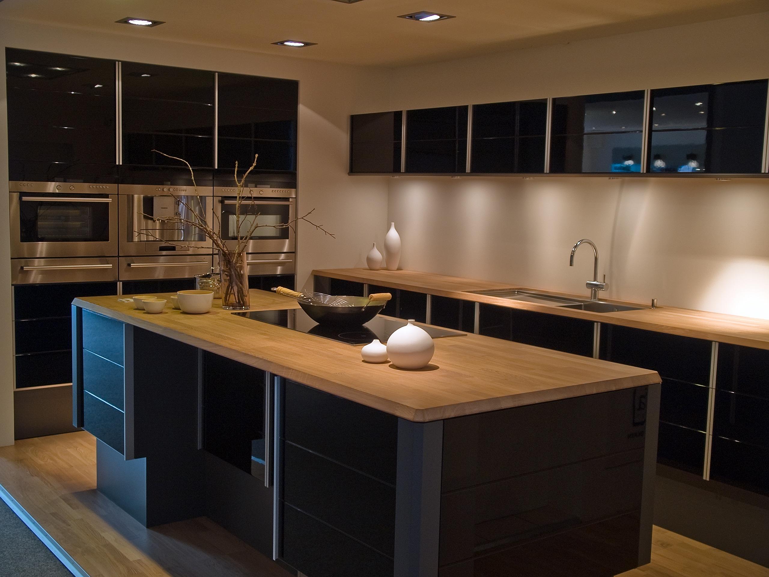 מטבח עץ מודרני שחור ובהיר דגם 1 sequoia