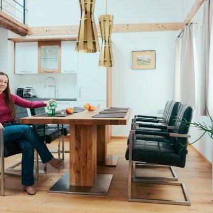 אישה יושבת במטבך העשוי מעץ ונגיעות זהב דגם 47 sequoia