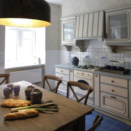 מטבח קלאסי עם שולחן עץ מלא ותאורה עדינה דגם 16 Diana