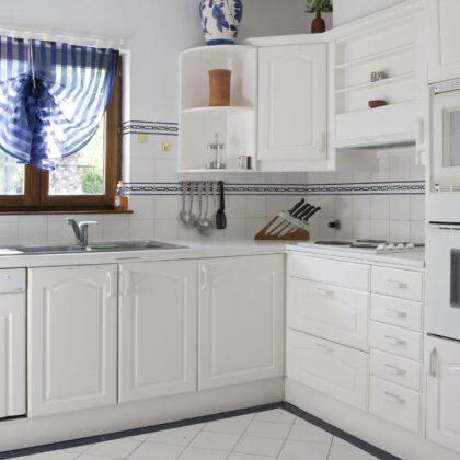 מטבח קלאסי לבן עם קיו ורצפה מרוצפות בלבן דגם 17 Diana