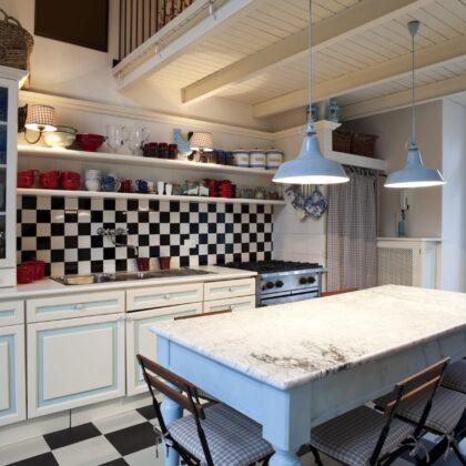מטבח קלאסי עם קיר משובץ שחור לבן דגם 19 Diana