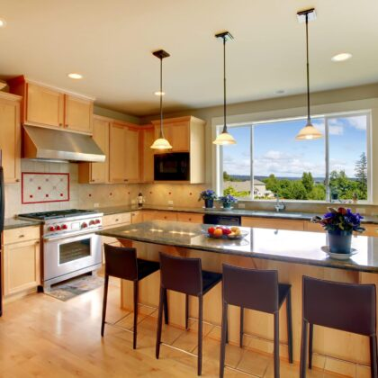 מטבח מודרני קלאסי עם שולחן מטבח אי עם טופ שיש דגם 26 Diana