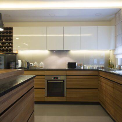 מטבח קלאסי מודרני עם ציפויי עץ דגם 34 Diana