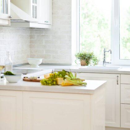 מטבח קלאסי עם דוגמאות של פירות על השיש הלבן דגם 35 Diana