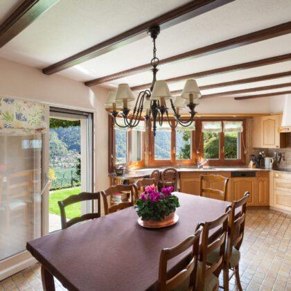 מטבח קלאסי עם שולחן מעץ מלא דגם 42 Diana