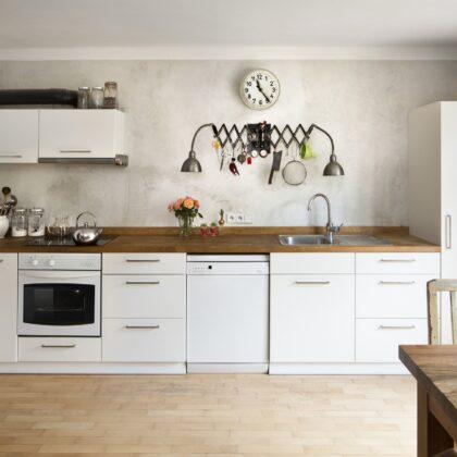 מטבח קלאסי עם שיש מעץ ומגירות פורמייקה לבנות דגם 43 Diana