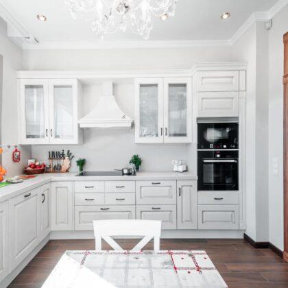מטבח קלאסי לבן עם רצפה הדומה לעץ דגם 45 Diana