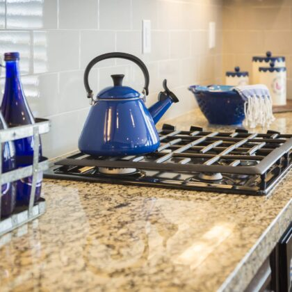 שיש לבן שמנת חום במטבח עם כלים כחולים דגם 11 Caesar