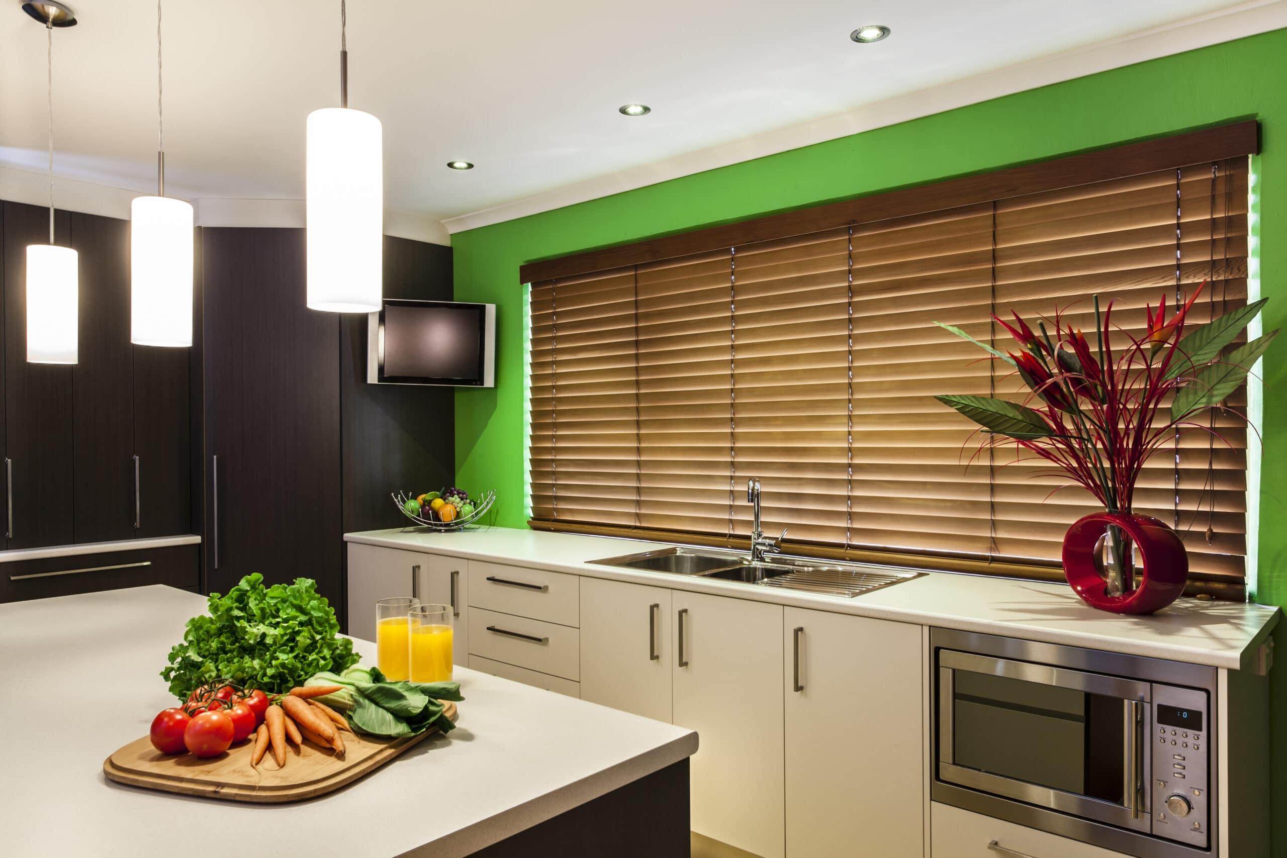 מטבחים מעץ חברות מטבחים המשווקות מטבחים מותאמים לפי הזמנה מיומנים ומומחים עם הרבה וותק שיודעים לתת אחריות מלאה לעבודתם בד בבד הפעלת ציוד מקצועי לניסור עץ במטבח הלקוח