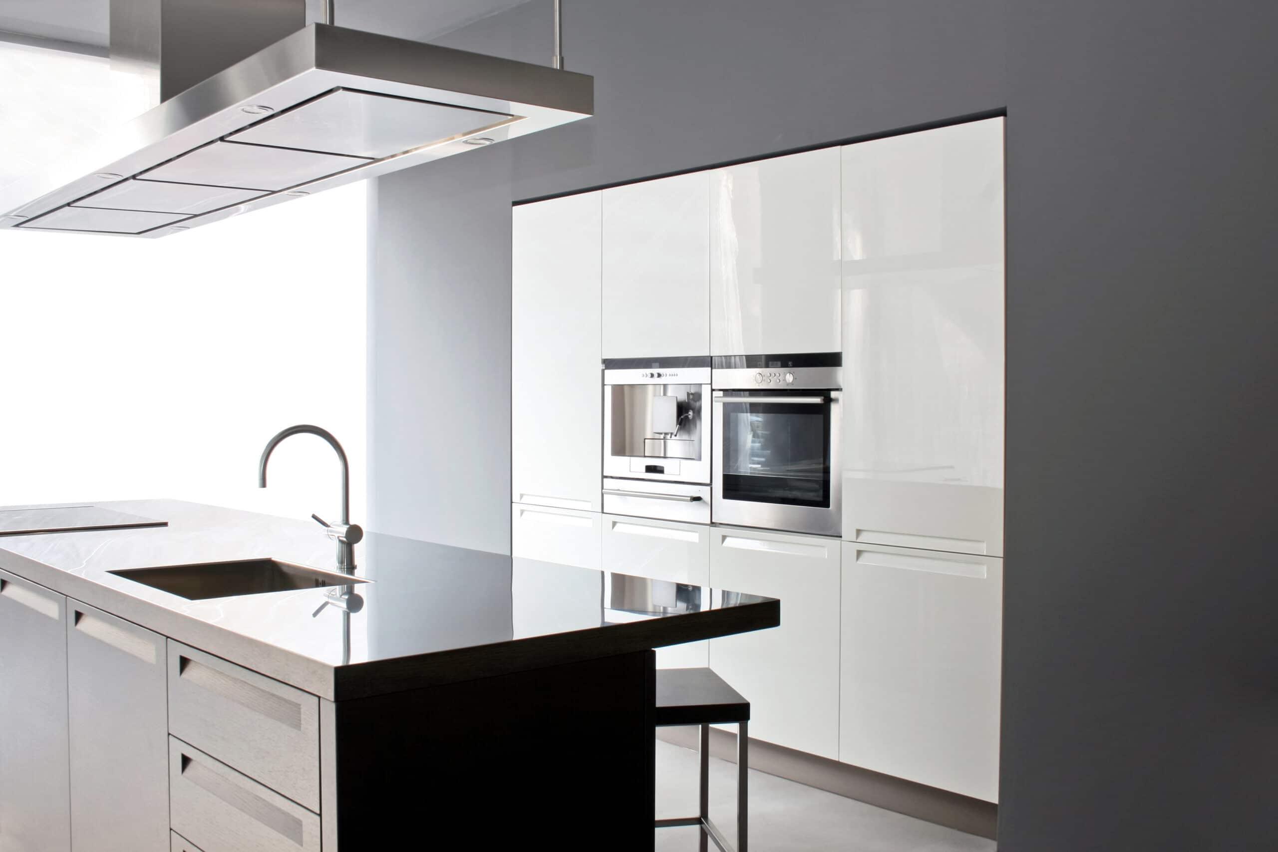 מטבחים מעץ ספקי ציוד המטבחים בעלי הבחנה מקצועית בחסות החברה שבה הם עובדים שיודעים לספק פתרונות מגוונים לכל בית במקביל להפעלת המקרר והתנור ללקוח במטבח שלו