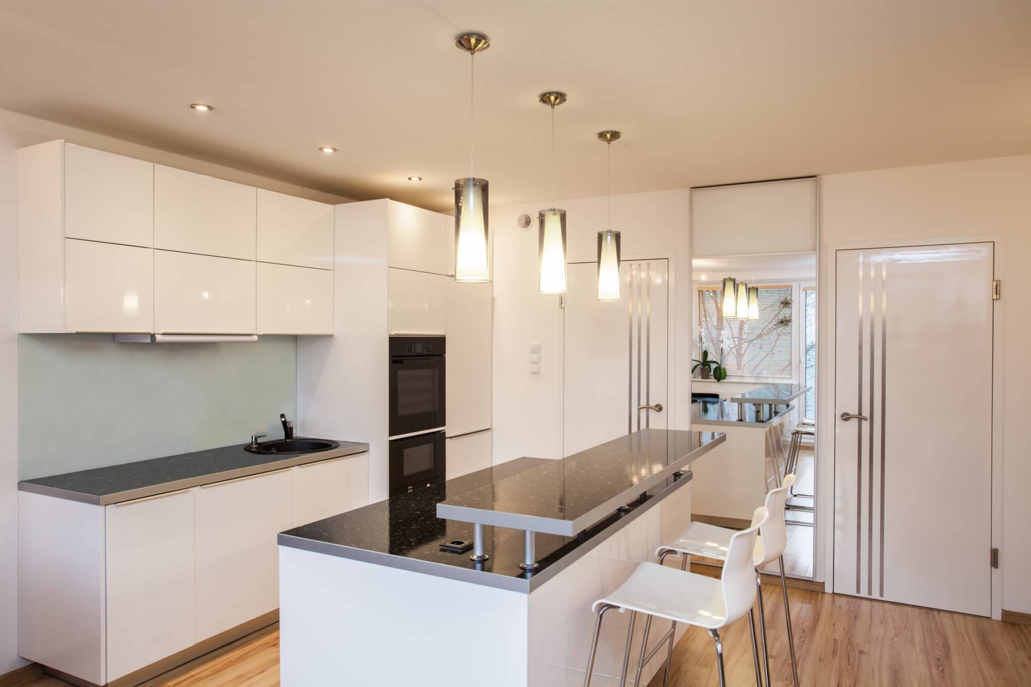 מטבחים מעץ תאורה למטבחים מבינים עם הרבה וותק שיודעים לספק פתרונות יעילים להתאמת תנורים גדולים לכל מטבח בד בבד אפיון דרישות הלקוח ומסירת המטבח