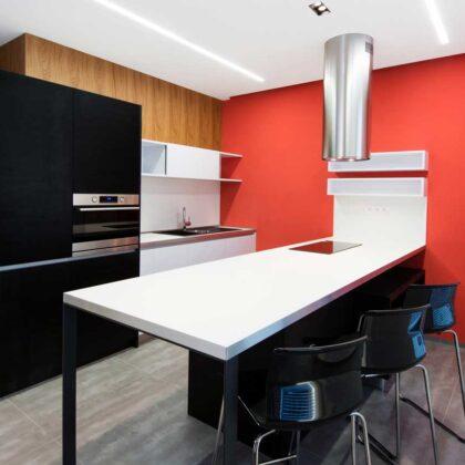 מטבחים מעץ מוכרי המטבחים חכמים מהחברות המובילות המשק בתחום ייצור והרכבת מטבחים שיודעים להתאים לכל לקוח מטבחים מתאימים תוך כדי הפעלת המקרר והתנור ללקוח במטבח שלו