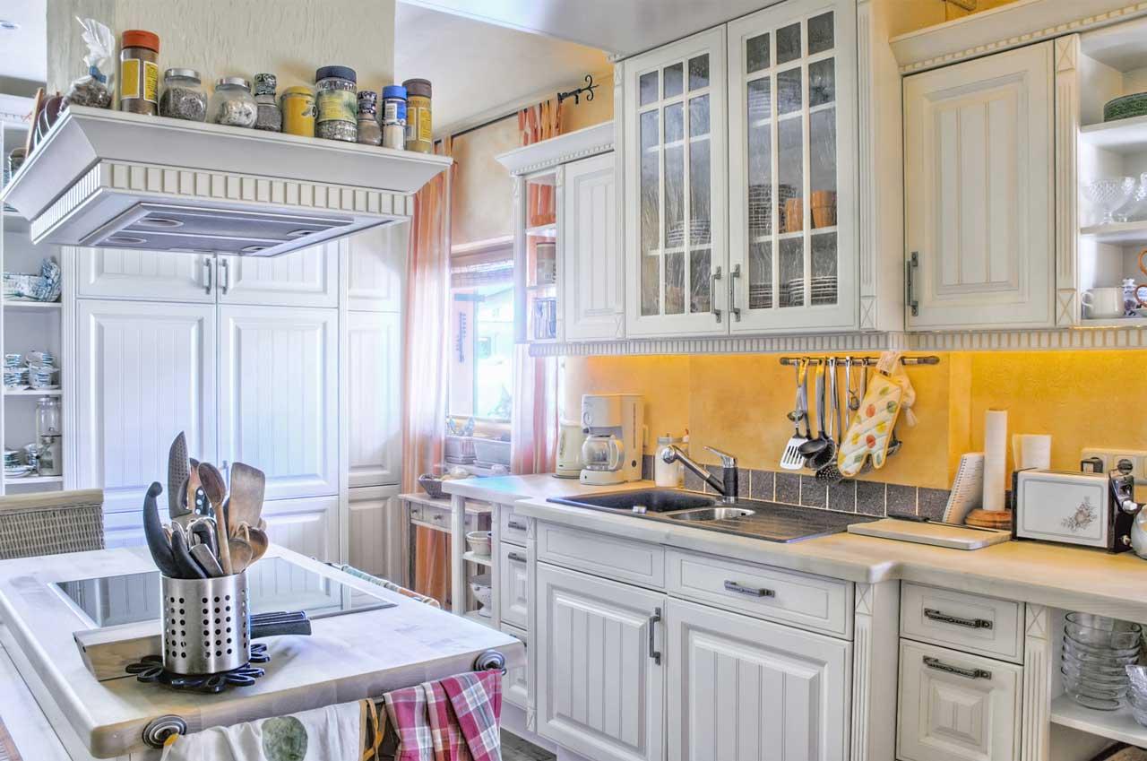 מטבחים מעץ מעצבי השיש במטבחים בעלי ניסיון בתחום עם רישיון והסמכה שיודעים לתת שירות אדיב ומקצועי, שמומחים לשירותי ייצור ועיצוב מטבחים תוך כדי שימוש בחומרים מעולים