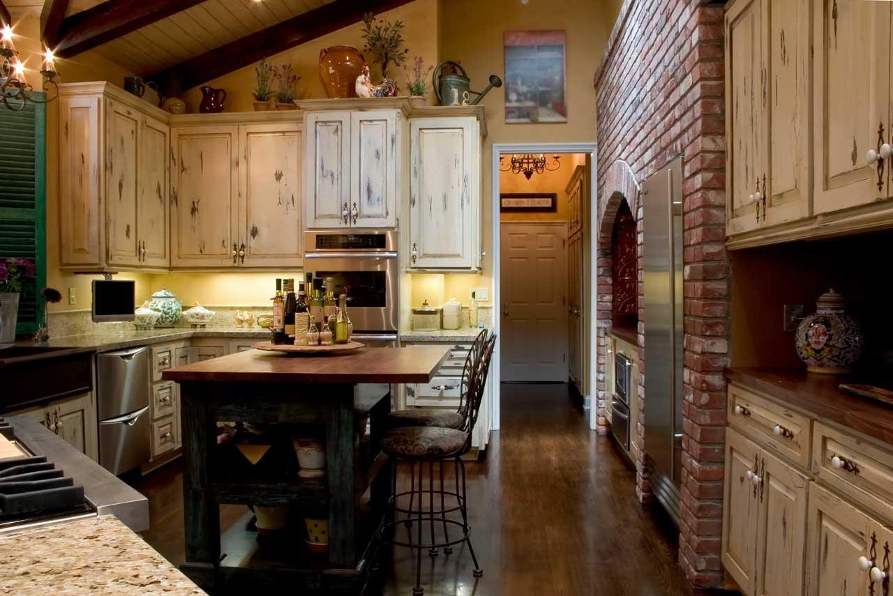 מטבחים מעץ מעצבי המטבחים מיומנים עם רישיון והסמכה שיודעים לתת שירות אדיב ומקצועי, שמומחים לשירותי ייצור ועיצוב מטבחים תוך כדי הפעלת ציוד מקצועי לניסור עץ במטבח הלקוח