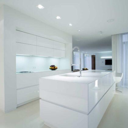 מטבח מעוצב מדרני בסטייל בלעדי בצבע לבן מלא