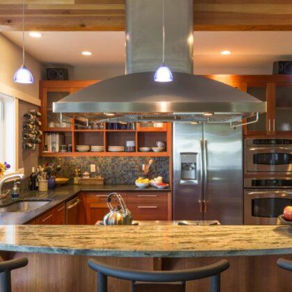 מטבח מעץ מלא בעיצוב מודרני יוקרתי