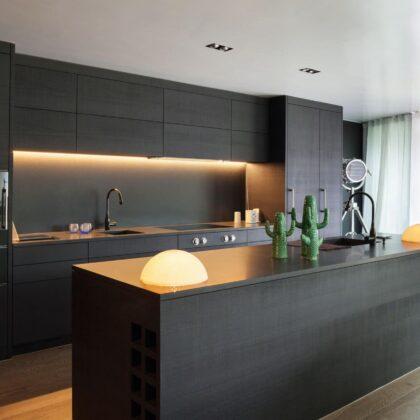 מטבח מעוצב מודרני בצבע שחור